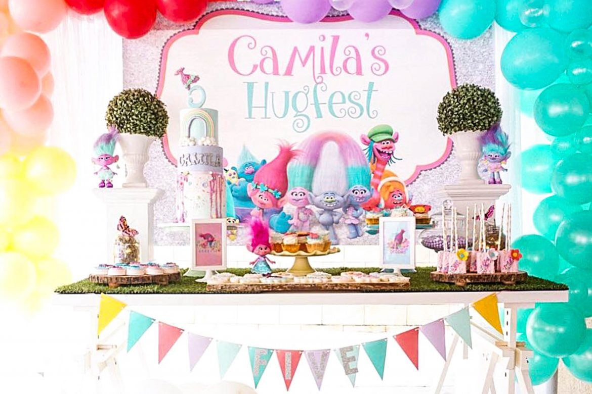Does your little one love Princess Poppy? This adorable Princess Poppy Trolls Birthday Party inspiration is so crazy CUTE! #trollsparty #kidsbirthday #trolls""