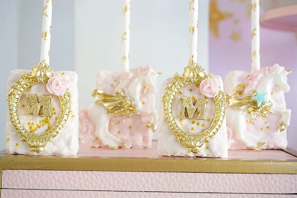 This DARLING pinterest unicorn party wows guests. These gold leaf rice krispy treats were so pretty. #unicorn #unicornbirthday #unciornpartyideas #unicorncookies